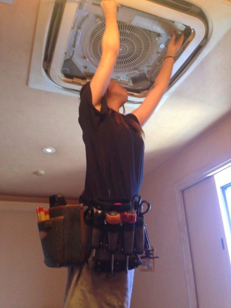 天井埋め込み、天井吊り下げエアコンの分解洗浄もお任せ下さい!