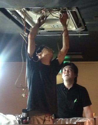 手袋をしない素手での洗浄作業は安心の証明!コジワンサービスの天井型エアコンクリーニング